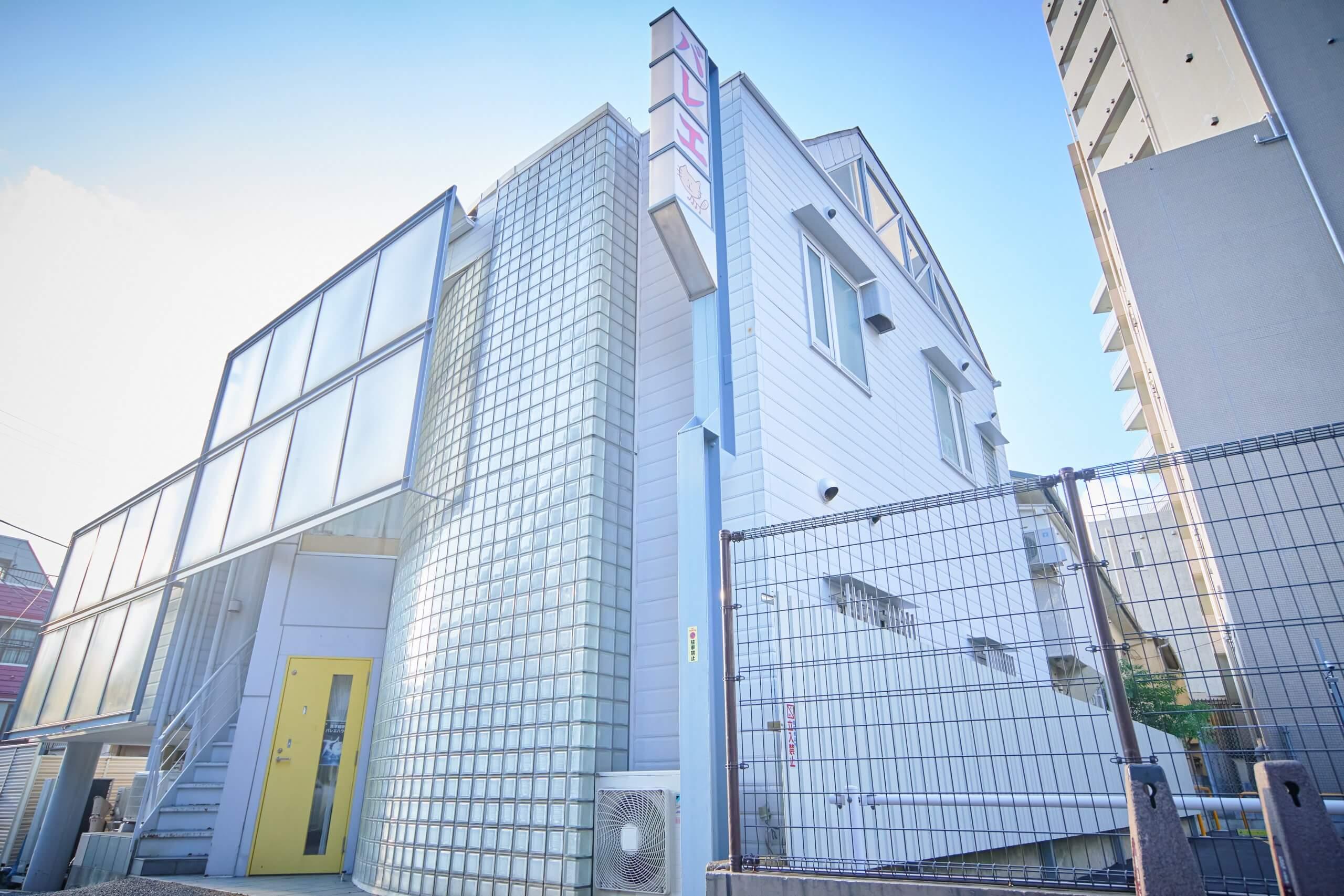 新宿区の高田馬場にあるスタジオは綺麗な外観で、高田馬場・早稲田方面や、新宿・池袋方面からもアクセスが良い