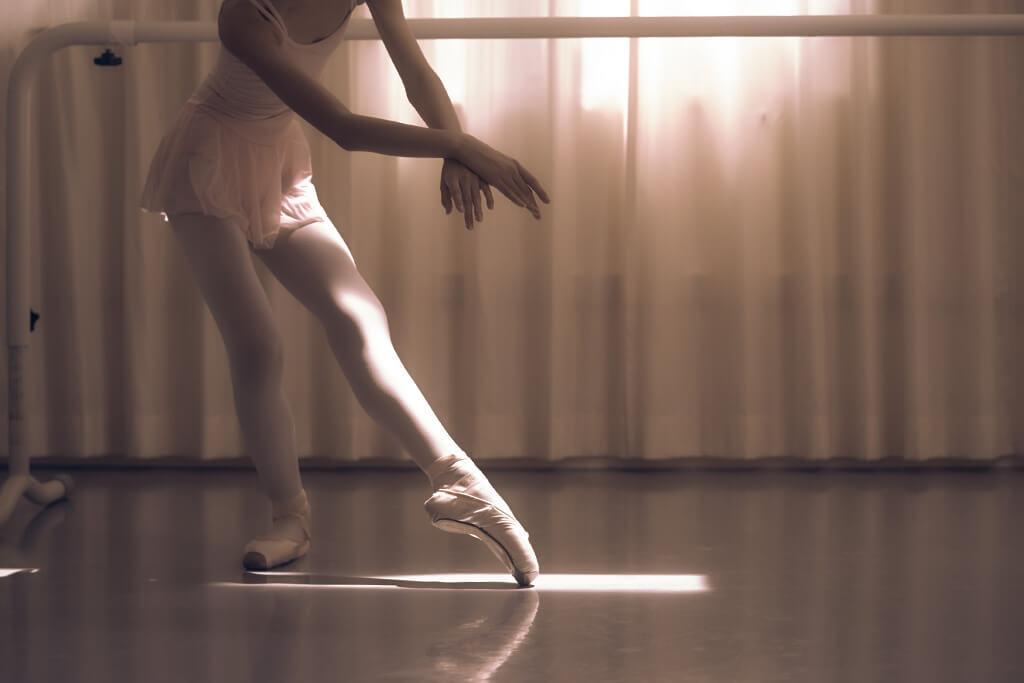 バレエの特別クラスで光を受けながら踊る生徒