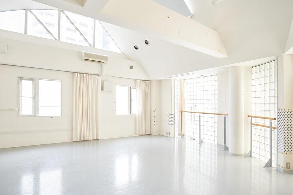 スタジオの2階は白を基調とした、レッスンの集中力を高める空間で1階よりも開放感がある