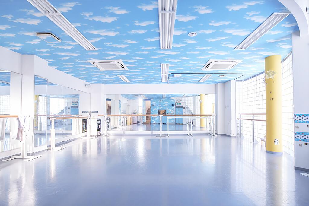スタジオの1階は青空をイメージした天井が可愛らしい、広々とした空間