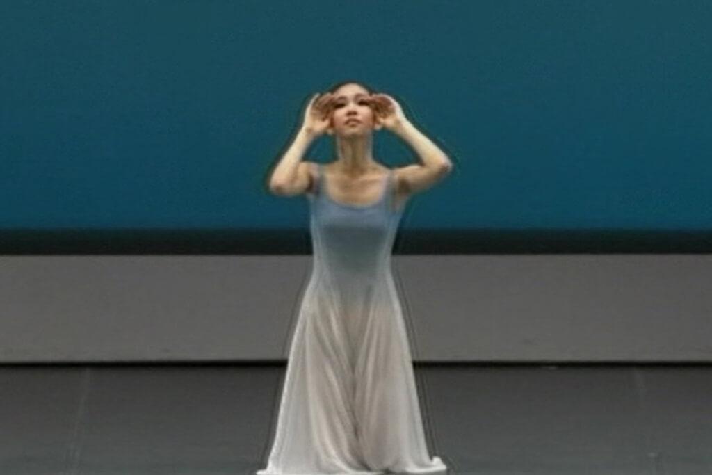 バレエテクニックをベースに自由な身体表現を行なう現代的なコンテンポラリーダンスのステージ