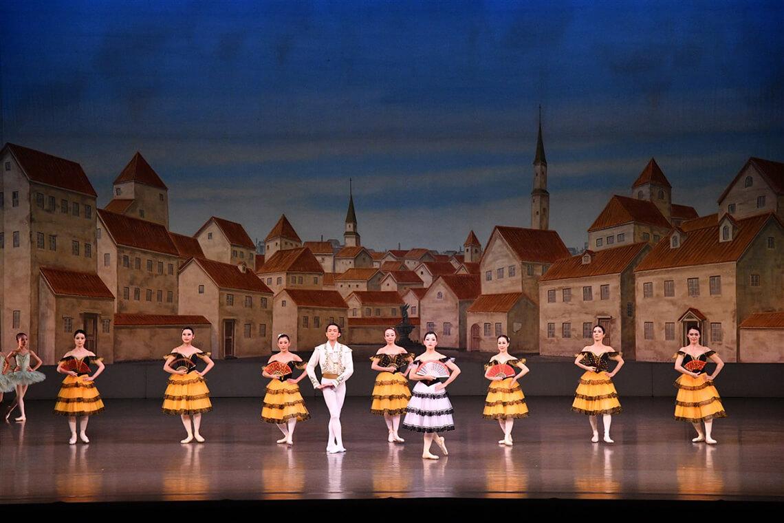 大人の女性のためのバレエクラス「大人エレガンスクラス」の生徒が舞台衣装を着て踊る様子