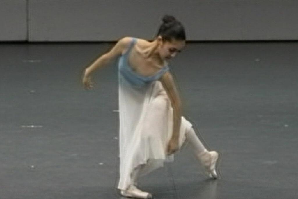 美しい青のグラデーションがかかった衣装でコンテンポラリーダンスをしている様子