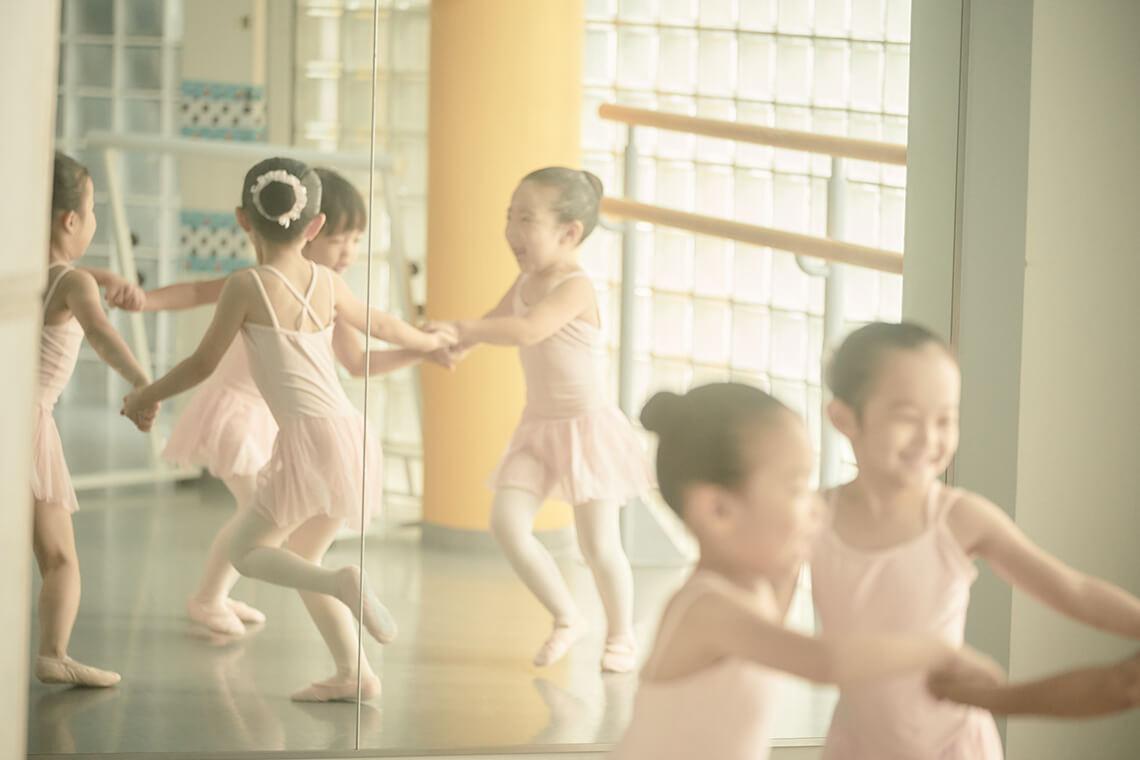 エンジェルクラスの幼児が笑顔で輪になっている