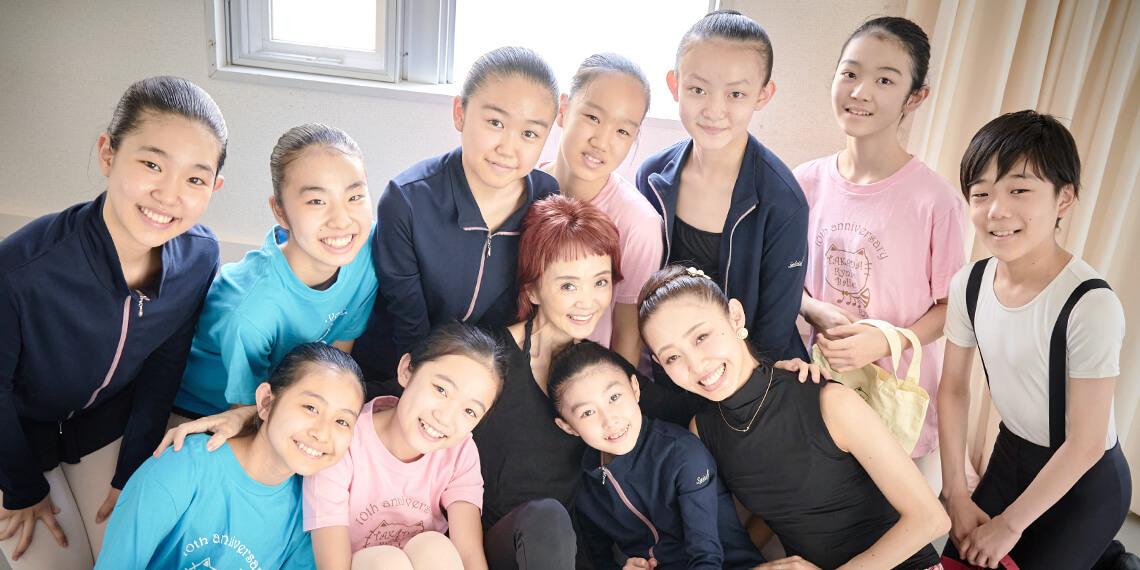 無料体験レッスンを行う高田禀子バレエ塾、所属する生徒たちが笑顔で集合している