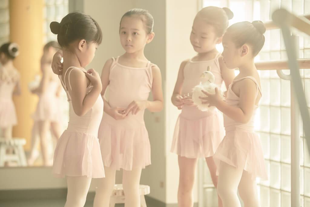 レッスンの合間にバレエのお話しをする幼児たち