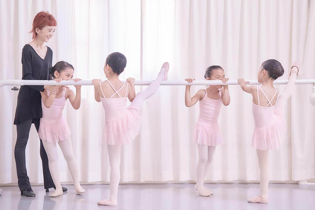 バレエの基礎を作るために欠かせないバーレッスン