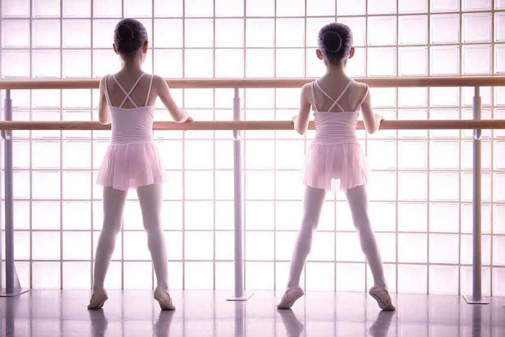 足の動きを何度も真剣に練習する小学校低学年の生徒2名