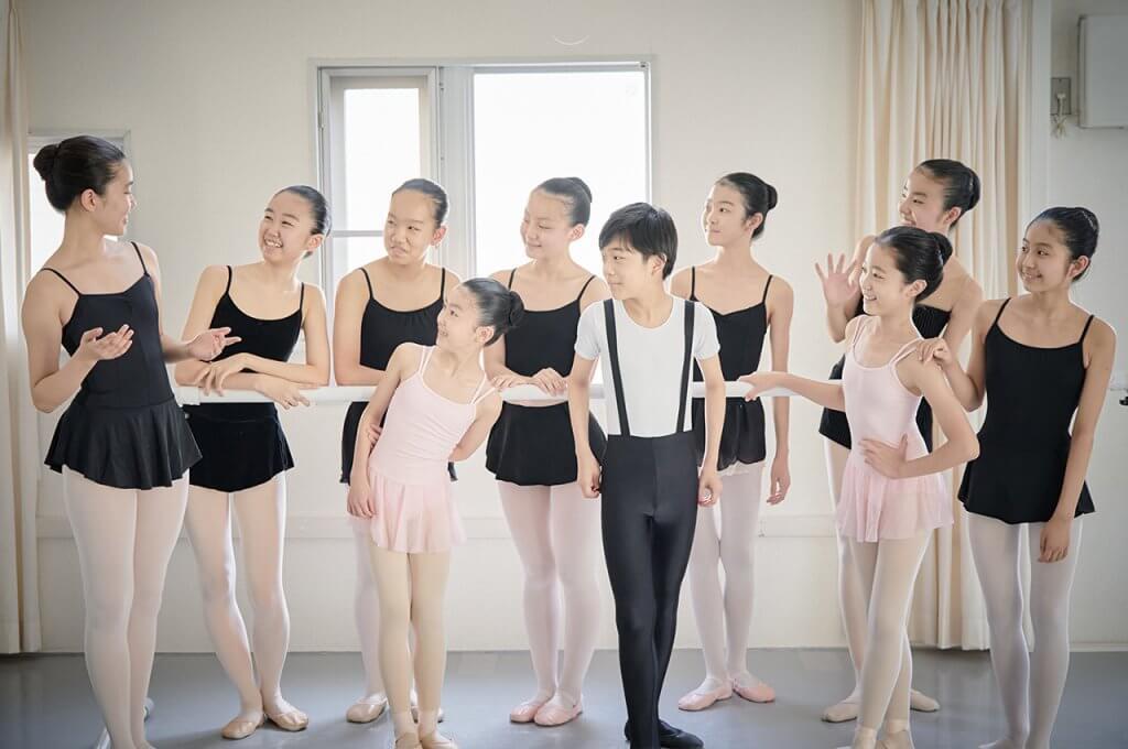 無料体験レッスンを受け付けている高田稟子バレエ塾、生徒が笑顔で話している様子